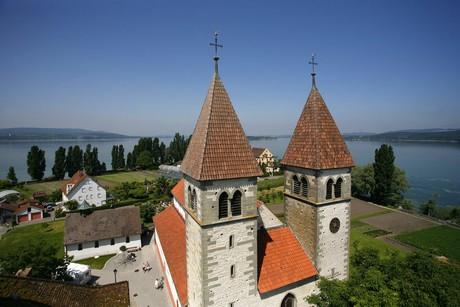 Türme St. Peter u. Paul mit See im Hintergrund, Luftaufnahme, Reichenau
