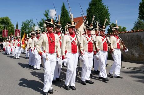 Bürgerwehr in vorderösterreichischer Uniform an der Prozession am Inselfeiertag
