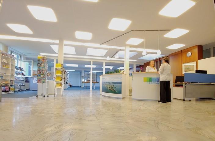 Counter und Verkaufsbereich in der Tourist-Information